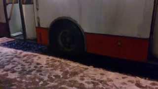 Троллейбус буксует в снегу