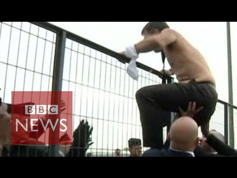 Air France shirtless bosses flee from angry protesters - BBC News