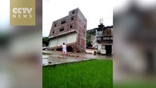 شاهد..انهيار مبنى بسبب فيضانات في الصين