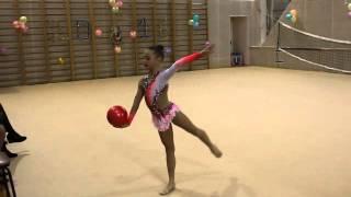 Показательные выступления с мячом. Художественная гимнастика(Выступление средней группы - номер с мячом. http://travelskid.com/ В перерывах между соревнованием по художественной..., 2016-01-25T11:52:33.000Z)