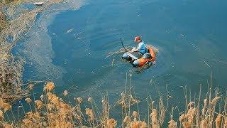 Рыбалка на щуку и СПЛАВ по реке на рыболовном плотике! Ловля на спиннинг в мае