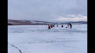 Рыбалка на Большом озере Шарыпово ОКУНЬ выпрыгивает с ЛУНКИ Апрельский КЛЁВ