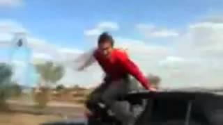 Вывалился из машины на ходу!