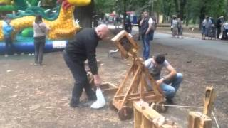Катапульты в парке Пушкина (Киев)(Украинец воссоздает старинные катапульты., 2015-06-28T09:19:38.000Z)