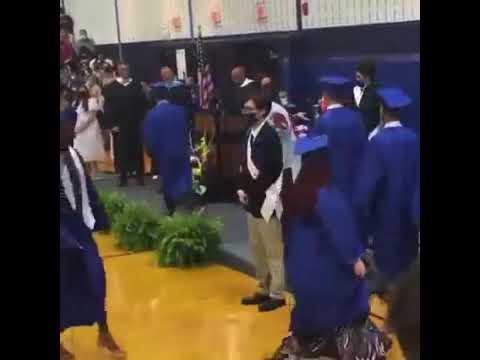 ¡Secundaria de Carolina del Norte se negó a entregar un diploma por portar bandera de México!