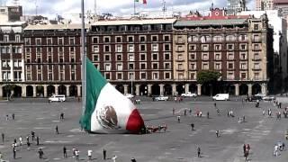 VIDEO Civiles y soldados mexicanos evitaron caída de la bandera en el Zócalo