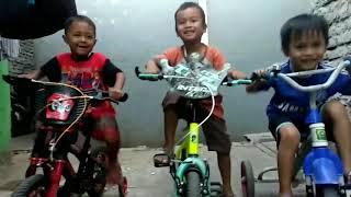 NGAKAK!! .Video lucu anak kecil naik motor