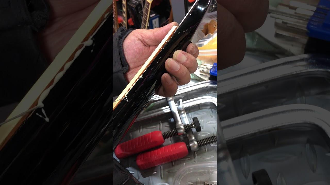 【川越のT.S.G.楽器店】古いベースを射器による接着剤流し込みで部分圧着により補修します