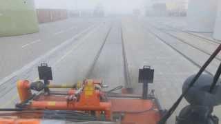 UNIMOG Zweiwegefahrzeug U-400 reinigt die Spurrillen
