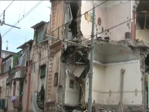 Cade palazzo di 3 piani a torre del greco di tony di maio for Piani di fattoria del cottage
