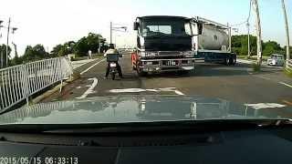 タンクトレーラーの左折と それを阻止するバイク