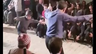Köy düğününde kaşık oyunu oynayan baba oğul :D