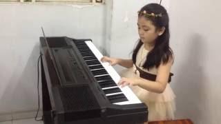 bé gái đàn piano cực dễ thương :)
