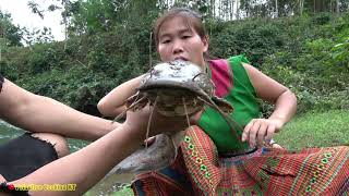 Ethnic girl builds a simple fish trap to catch big fish | Survival Skills