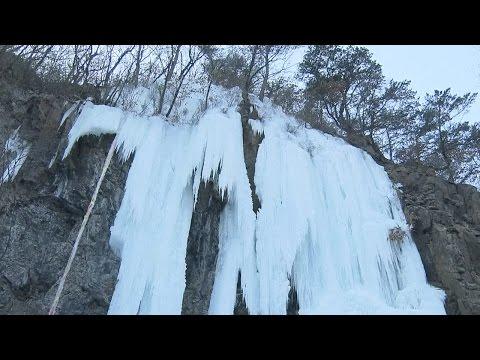 Frozen waterfalls draw visitors to northeast China