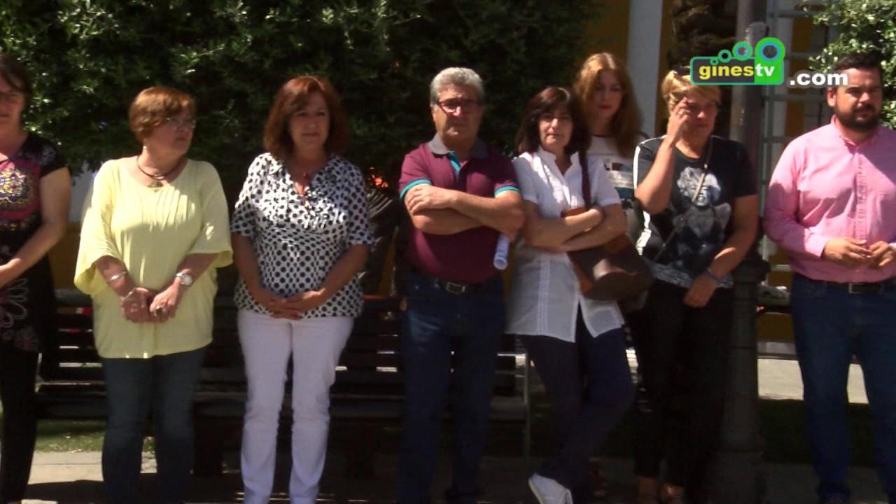 Gines muestra su rechazo al atentado de Manchester con un minuto de silencio frente al Ayuntamiento