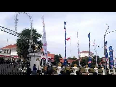 LIVE REPORT : Detik-Detik Sebelum Pagar Gedung Grahadi Surabaya Dirobohkan Pendemo