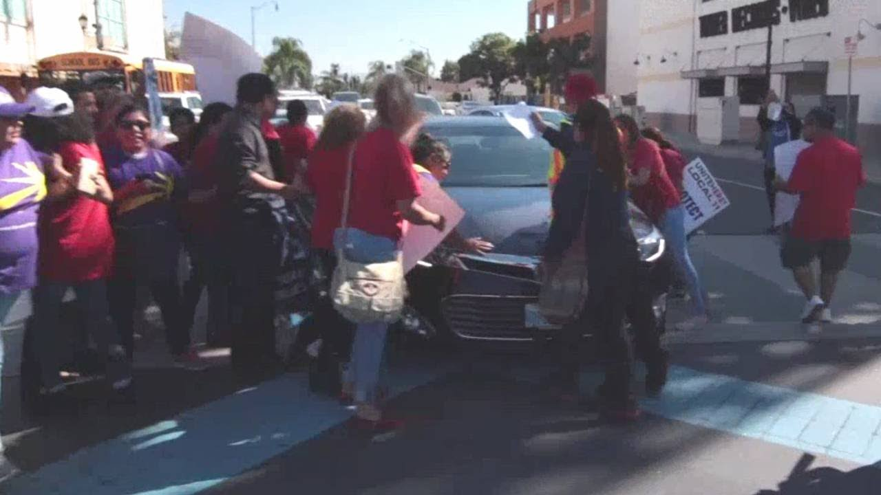 Man drives through protesters blocking road in Southern California - YouTube