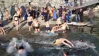 Il momento dell'ingresso in acqua al cimento invernale 2020 di Ghiffa