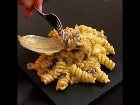 Fusilli con pesto alla siciliana, melanzane fritte e granella di mandorla.