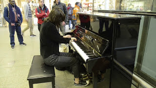 Playing Who wants to live forever on Elton Johns piano in St.  Pancras Station (London)