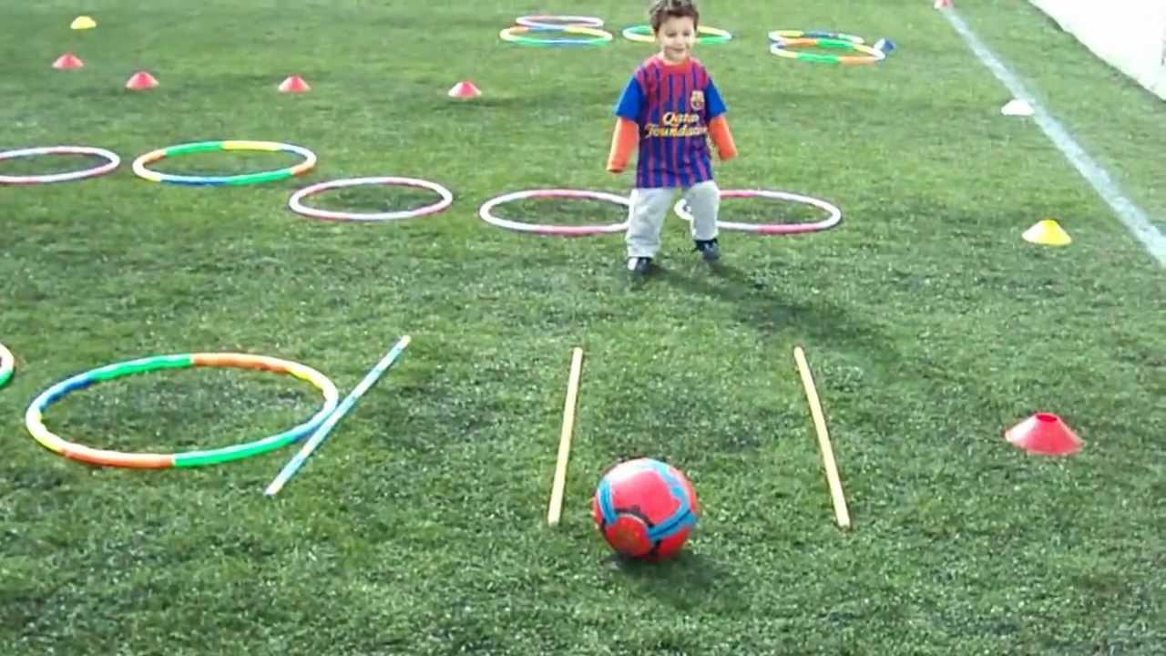 B b joue au foot elyes abassi 2 ans et demi youtube - Fille joue au foot ...