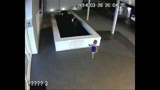 Cảnh Em bé trước khi ngã xuống Bể nước, trông con kiểu gì không biết