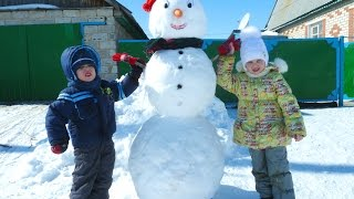 Большой снеговик. Вика с братиком лепят снеговика snowman