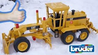 Bruder Грейдер CAT Рабочие машины для детей Обзор игрушек - машинок Брудер. Bruder Toys(Грейдер от Bruder 02-436 одна из основных машин в дорожном строительстве. Грейдер необходим для выравнивания..., 2014-12-08T13:57:59.000Z)