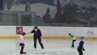 Села, встала. Думаете легко? Попробуйте повторить! #Змейка #Фигурное катание для начинающих.(Первые шаги на коньках. Упражнение змейка. Фигурное катание для детей от 3 лет., 2016-12-14T08:56:06.000Z)