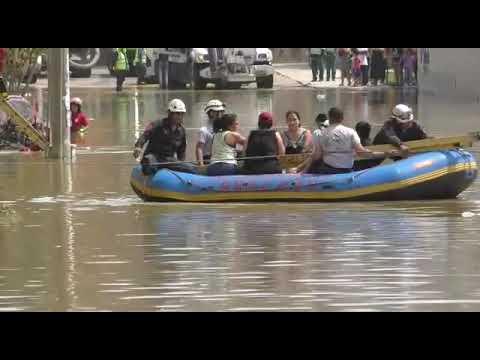 Aniego en San Juan de Lurigancho: Policías rescatan a personas atrapadas en botes inflables 1/2