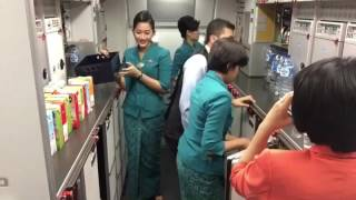 Pramugari Garuda Indonesia - after meal service
