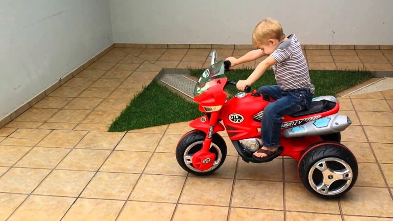 395d4f9c4b1 Henrique demonstrando a diferença de velocidade da moto elétrica 12v da  bandeirantes