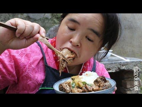 苗大姐土钵炖土鸭,菜堆得比头还高,啪啦啦吃了快半只鸭