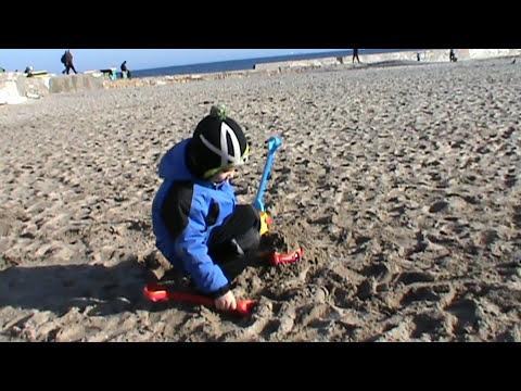 Маквин Молния на берегу в песке и в море Lightning McQueen sur la plage dans le sable et dans la mer