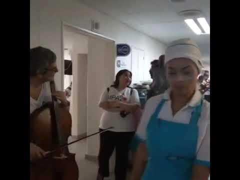 Violoncelista leva música a hospitais após morte de sua namorada flautista