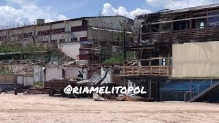 В Кирилловке на центральном пляже разбирают сгоревший отель