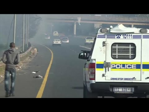 Dozens of ''concerned men'' in S. Africa crack down on looters