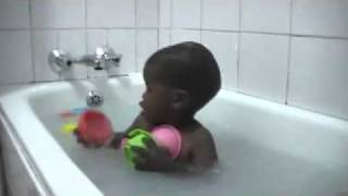 Thabang voor het eerst in bad