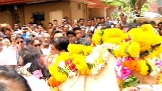 Reema Lagoo की अंतिम यात्रा मे पूरा Bollywood Kajol Aamir सब उनके दाह संस्कार मे - Reema Lagoo thumbnail
