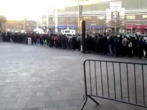 Long shuttle bus line to Manhattan from Barclay's Center Brooklyn
