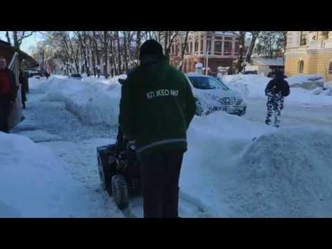 Інтернет-видання «Полтавщина»: Двірник КП «ЖЕО № 2» зі снігоприбирачем Hyundai S6560 (Полтава, 2019.01.15)