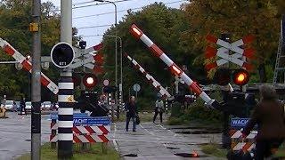 Man raakt opgesloten tussen de spoorbomen op station Driebergen-Zeist
