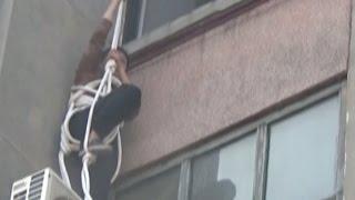 عجوز صينية حاولت دخول المنزل من الشباك فواجهت الموت «فيديو»