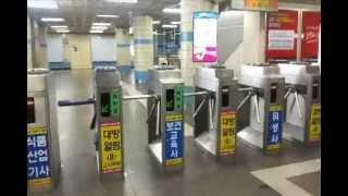 Метро в Сеуле(00:00 покупка билета в метро 01:15 карточка одноразовой поездки 01:37 примечание 01:47 турникеты в метро 02:21 вагон..., 2013-02-20T03:05:36.000Z)