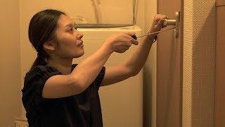 葵(佐藤乃莉)は帰宅すると部屋の鍵がかかっていないことに気がつく。さらに、トイレの鍵が内側からかかっていた!葵は恐怖を覚え、カギ屋呼んで開けてもらうことに。