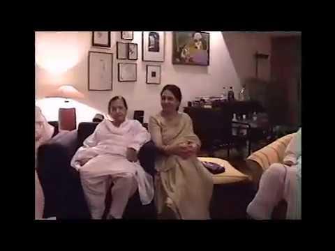 Rare video of Kaifi Azmi enjoying with family at Javed and Shabana's house - 1