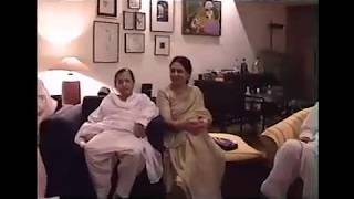 Rare video of Kaifi Azmi enjoying with family at Javed and Shabana's house - 1