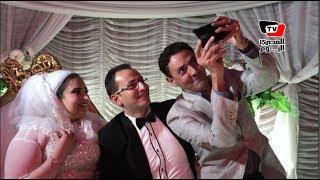 فتحي عبدالوهاب يلتقط «السيلفي» على طريقته الخاصة مع عروسين: دي صورة في فرح؟