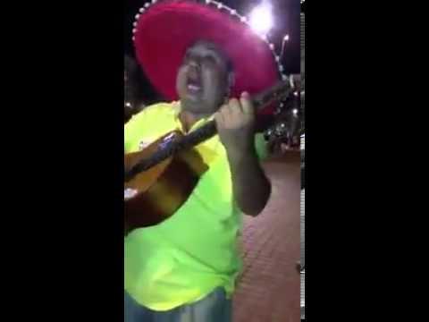 Spanischer Sänger spielt versaute lieder auf Deutsch